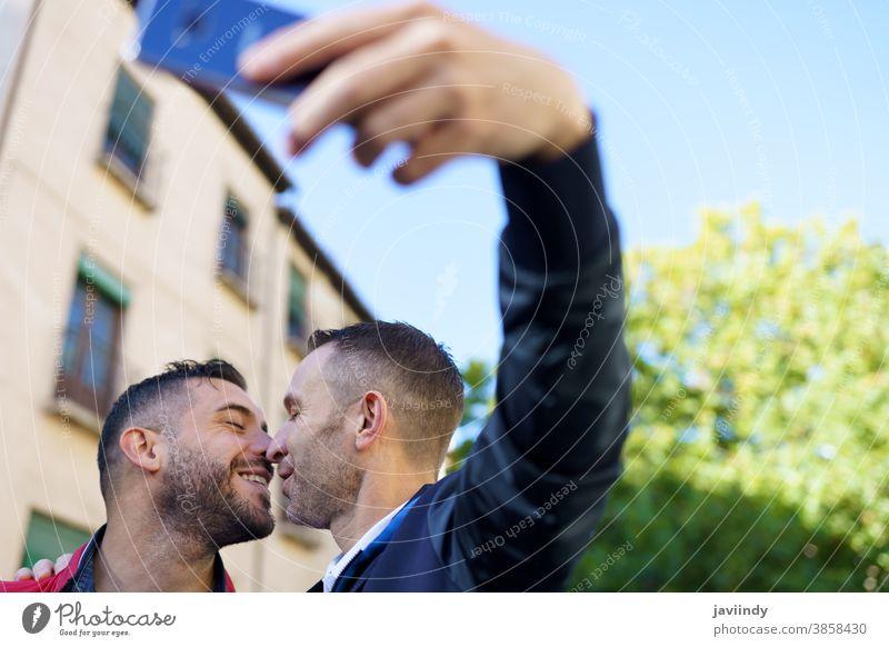 Schwules Paar, das mit seinem Smartphone ein Selfie macht. schwul Männer Kuss Küssen männlich Liebe Homosexualität lgbt lgbtq Partnerschaft Liebespaar Albaicin