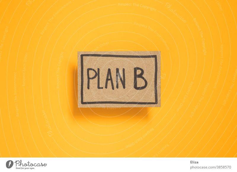 Plan B. Alternative. Schild Flexibilität Notlösung Lösung Business Improvisation Sicherheit geschrieben Wort gelb einen Plan haben Planung planen professionell