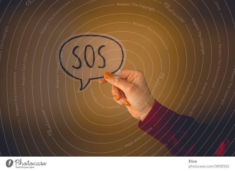 Bitte um Hilfe. Sprechblase mit der Aufschrift SOS. Sos Problem Hilfsbedürftig Erste Hilfe Notfall Notruf Hand bitten Frau Rettung Notlage hilflos Hilfesuchend