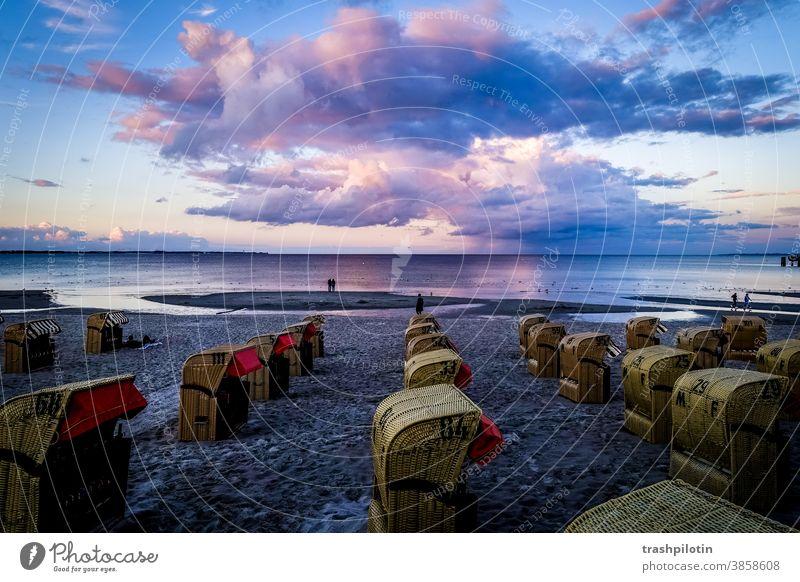Sonnenuntergang über der Ostsee Wolken Wolkenformation ostseeküste Scharbeutz Strandkörbe Meer Küste Himmel Ostseeküste Tourismus Menschenleer