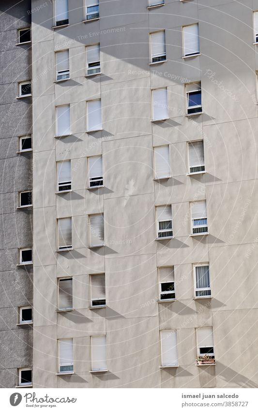 Fenster an der weißen Fassade des Hauses, Architektur der Stadt Bilbao Gebäude Außenseite Balkon heimwärts Straße Großstadt im Freien Farbe farbenfroh Struktur
