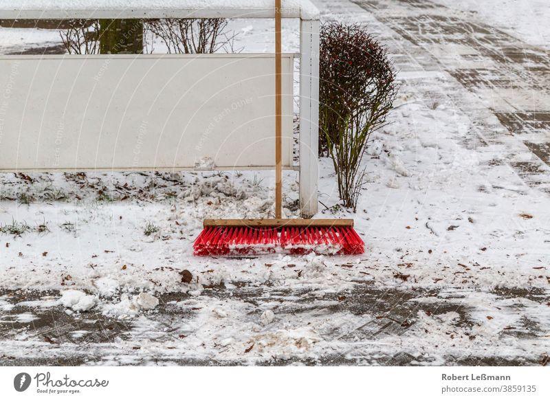 ein Besen, um die Wege von Schnees zu reinigen Eis Winter fegen Winterdienst Bürste Straße sauber glatt Wetter Streuung weiß kalt Arbeit gefroren eisig Frost
