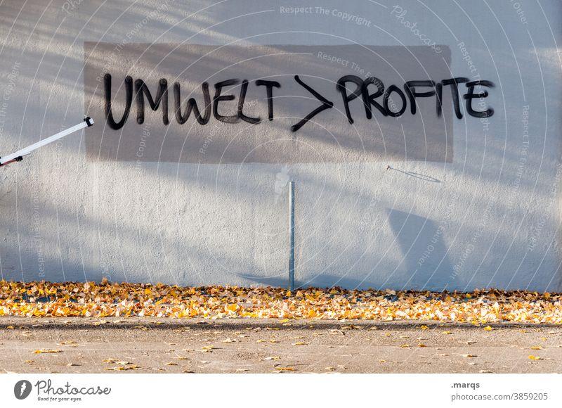 Umwelt > Profite Schriftzeichen profit Kapitalwirtschaft Geld Umweltschutz Klimawandel Graffiti Wand Schatten Kritik Politik & Staat protestieren