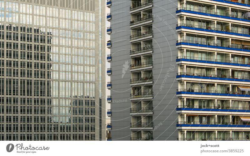 Schöner wohnen im Spiegel unserer Zeit Plattenbau Reflexion & Spiegelung Fassade Architektur trist Berlin-Mitte Balkon Fenster Zentralperspektive Symmetrie