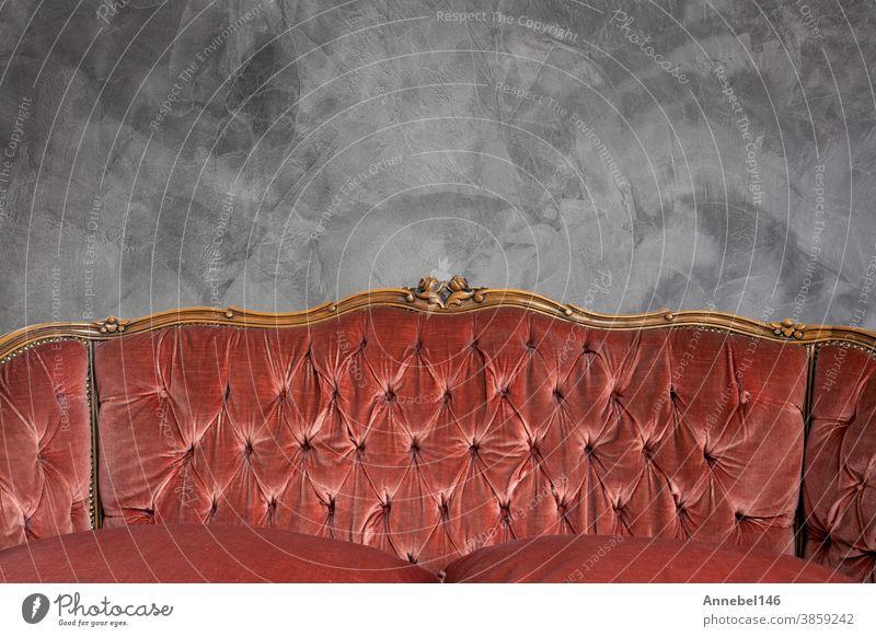 Antikes Luxussofa-Detail vor Betonwand-Hintergrundtextur, wunderschöner Kopierraum im Vintage-Design Innenbereich Möbel Sofa Reichtum Raum Wand heimwärts