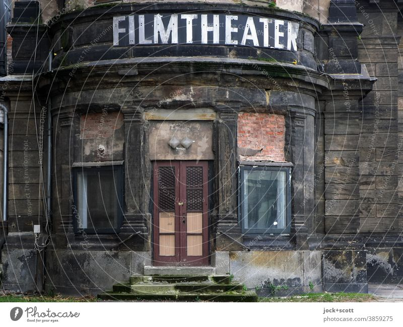 offensichtlicher Niedergang des Filmtheater-Zeitalters Vergangenheit Ruine Eingang sanierungsbedürftig historisch Verfall lost places Architektur