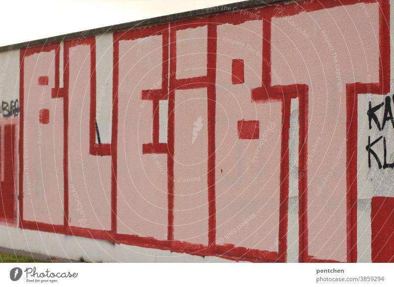 Das wort bleibt steht auf einer Mauer.großes Graffiti. Beständigkeit,Beharrlichkeit Wort graffitti mauer schrift buchstaben sprayen Wand Schriftzeichen