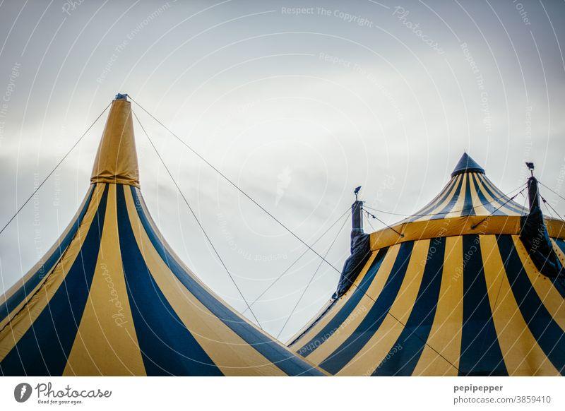 Zirkuszelte Zelt Farbfoto Himmel Jahrmarkt Detailaufnahme Entertainment Show Außenaufnahme Veranstaltung Freizeit & Hobby Kultur Wolken gelb Dach Streifen