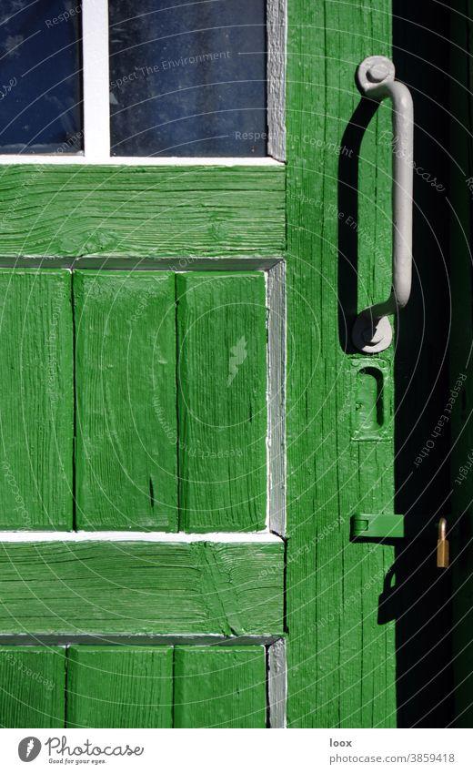 4eyes | Heimat ist da, wo man sich nicht erklären muss tür holztür sonnig sonnenlicht schatten türgriff alt historisch fenster glasscheibe schloss grün weiß