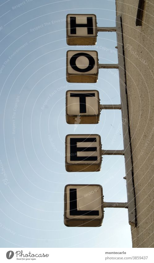 """Leuchtreklame """"Hotel""""  vor blauem Himmel weiß Schriftzug Buchstaben Quartier leuchten einquartieren einchecken einmieten groß hoch Touristen Unterkunft Domizil"""