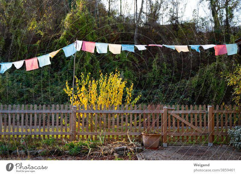 Gebetsflaggen multikulturell Multikulti Kleingarten Kleingartensiedlung Fahnen Garten bunt bunt gemischt Spiritualität Zaun