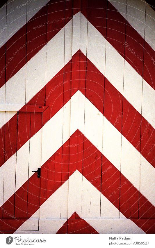 Fischgräte Rot Weiß analaog Analogfoto Außenaufnahme Farbe Farbfoto Holztor Holztür Fischgrätenmuster Türklinke Eingang Tor geschlossen Eingangstor aufwärts