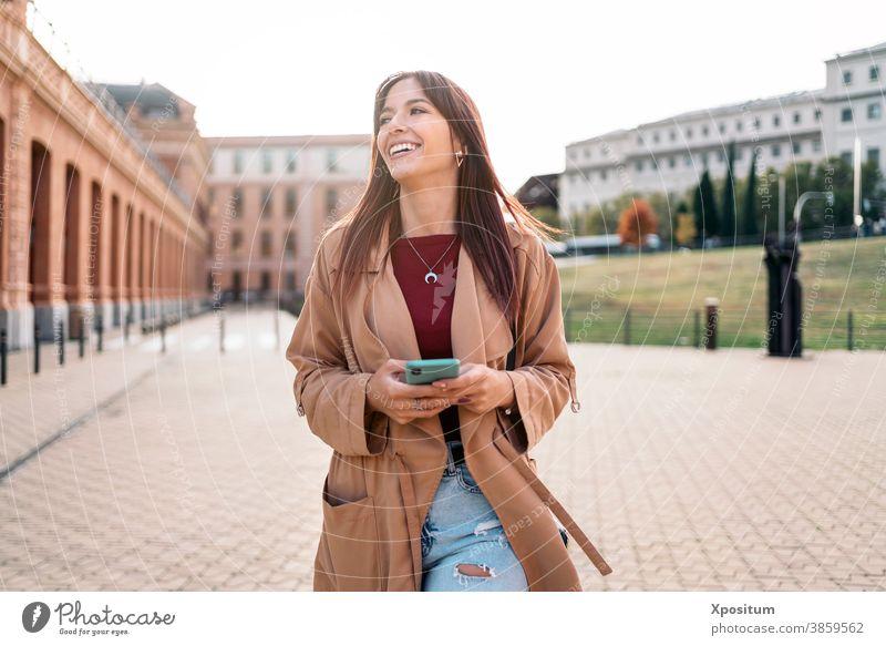 Junge kaukasische Frau benutzt Smartphone Kaukasier Lachen Glück Menschen Madrid Porträt Großstadt Lifestyle jung urban reisen schön Fröhlichkeit Lächeln