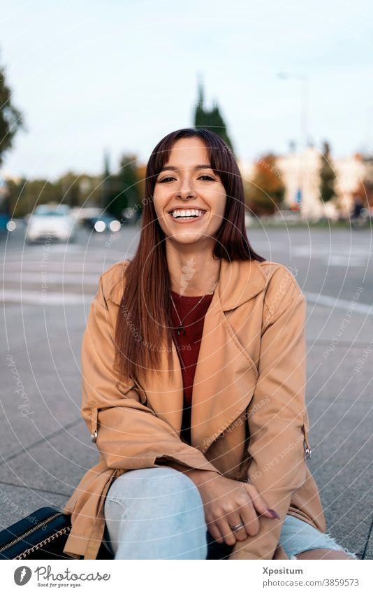 Junge kaukasische Frau lächelt Kaukasier in die Kamera schauen jung Straße Großstadt Madrid Menschen Glück urban Porträt Lifestyle reisen schön Mode im Freien