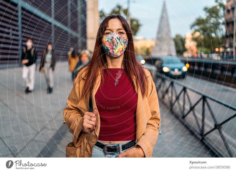 Junge kaukasische Frau mit Gesichtsmaske Kaukasier Porträt Mundschutz Glück Menschen Madrid Großstadt Lifestyle jung urban reisen schön Fröhlichkeit Lächeln