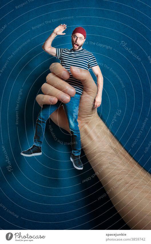Hanging around Mann schreien Hand greifen Gefahr Brille Finger Mütze Hintergund Höhe Höhenangst Angst Mensch Erwachsene maskulin Licht skurril Entsetzen