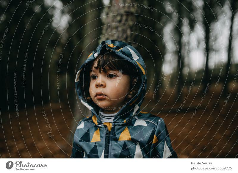 Porträt eines Kindes im Wald Kindheit Mädchen 1-3 Jahre Tag Kindheitserinnerung Fröhlichkeit Freude Spielen Mensch Außenaufnahme Farbfoto Kleinkind Herbst