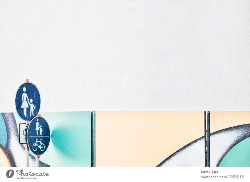Schilder und Linien: Gehwegabsperrung voller Formen, dazu mehrere Schilder für Fußgänger und Fahrradfahrer pastell Schilder & Markierungen Hinweisschild