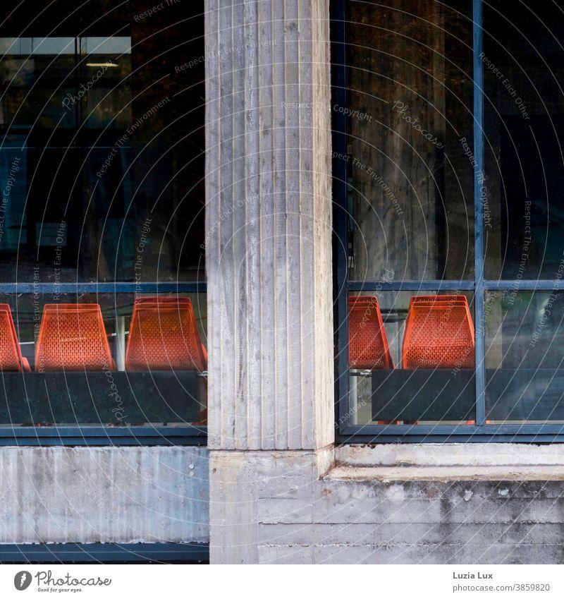 Menschleer - orange Stühle von hinten, in einer großen Halle menschenleer Beton Saal Hörsaal Sitzgelegenheit Stuhl Sitzreihe Publikum frei Platz warten