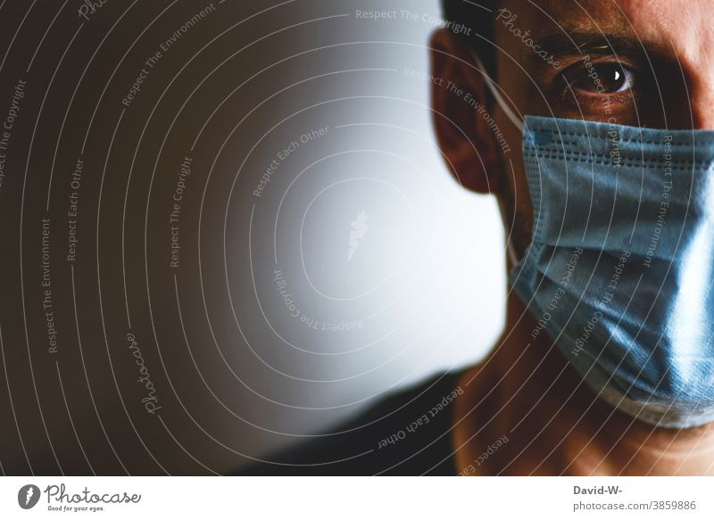 Corona - Mann mit Atemschutzmaske / Mundschutz Schutz Infektionsgefahr Maske pandemie Quarantäne Gesicht coronavirus Menschheit