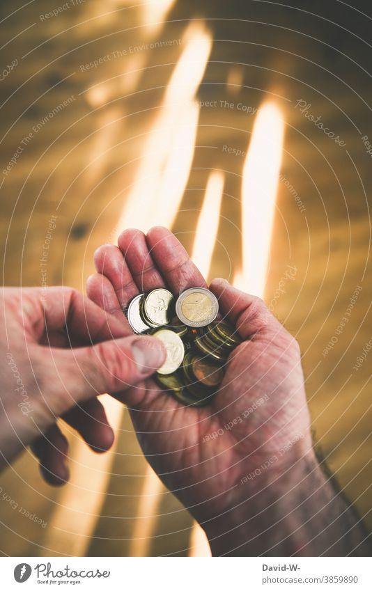 Mann zählt Geld zählen € Euro Münzen Hand halten Armut Finanzen Wirtschaft Einkommen Licht Bargeld sparen