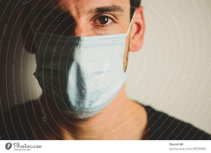 in Zeiten von Corona coronavirus Atemschutzmaske Mann mundschutzpflicht Mundschutz sicherhheit Pandemie schützen Angst Gesicht Emotionen