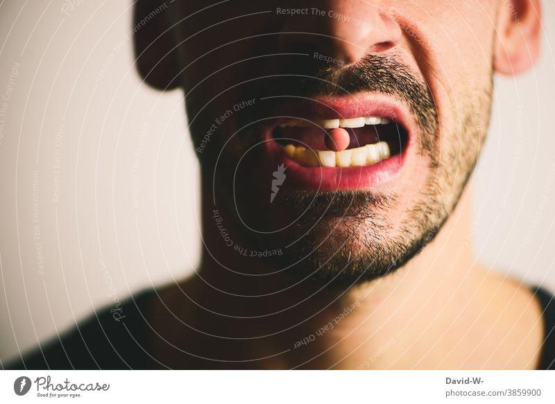 Mann mit Tablette im Mund medikamente Medikament Medizin arzneimittel Krankheit Behandlung Antibiotikum anonym Gesundheit Gesundheitswesen