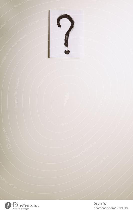 Fragezeichen an einer Wand ? Zettel Wieso Warum Platzhalter fragend Schriftzeichen Fragen