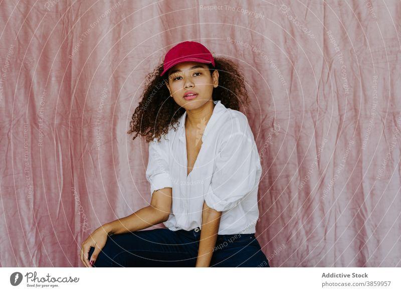 Junge ethnische Frau in trendigem Outfit Stil trendy Mode Verschlussdeckel selbstbewusst Afro-Look lässig Stoff tausendjährig Afroamerikaner schwarz
