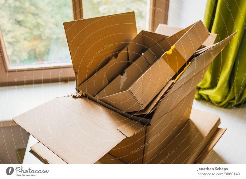 leere Pakete aus Pappe vom Versand aus einem Online Shop Bestellungen E-Commerce Karton Kiste Lieferdienst Logistik Online shopping Onlineshop Paketdienst