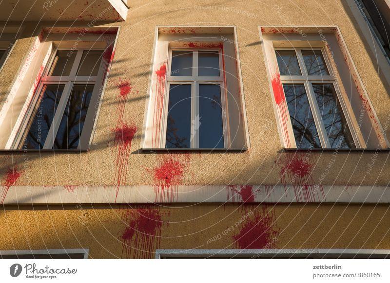 Weitere rote Farbkleckse an einer Fassade farbe farbfleck farbbeutel farbklecks vandalismus meinungsäußerung schlechte laune angriff kommunikation haus wohnhaus
