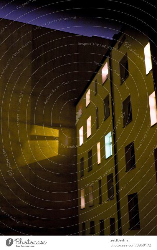 Hinterhof in der Nacht abend altbau außen brandmauer dunkel erleuchtet erleuchtung fassade fenster haus himmel himmelblau hinterhaus hinterhof innenhof
