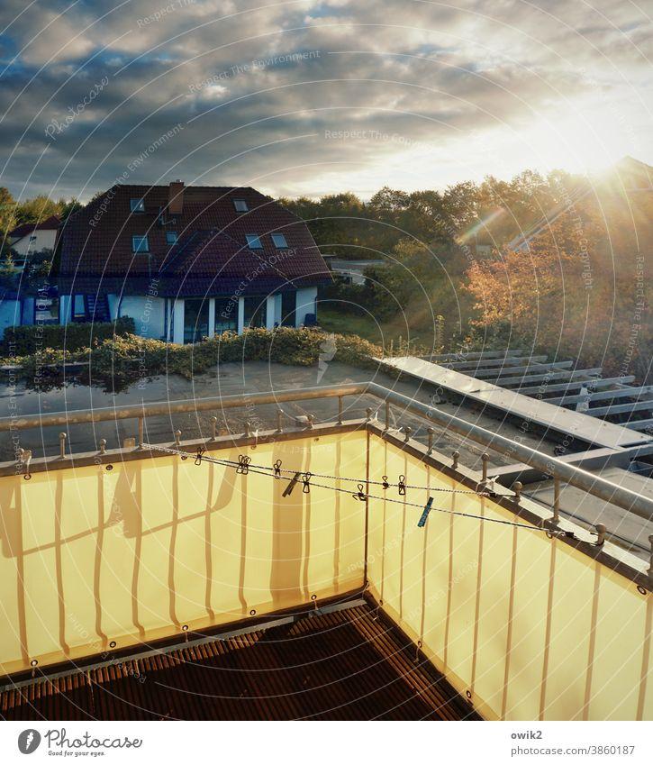 Trockendock Balkonbrüstung Abend bewölkt Herbst Lichteinfall Menschenleer Sonnenuntergang Natur Warmes Licht leuchtende Farben Farbfoto Außenaufnahme Umwelt