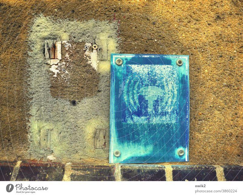 Störgeräusche Schild Sirene alt abgenutzt marode Wand angeschraubt Detailaufnahme Totale trashig Menschenleer Außenaufnahme Farbfoto Strukturen & Formen