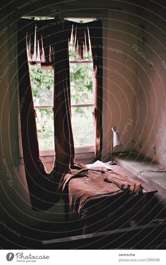 Bruchbude alt Stadt Haus dunkel Fenster Traurigkeit Innenarchitektur Lampe Wohnung Häusliches Leben kaputt verfallen Verfall Vergangenheit schäbig Vorhang
