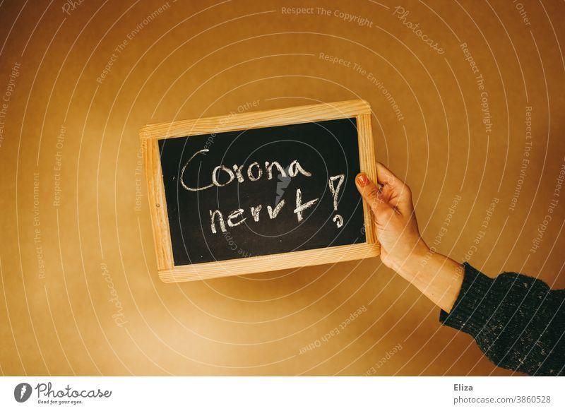 Corona nervt steht auf einer Kreidetafel Schule genervt Wut Frustration Lockdown Maßnahmen Krise wütend Coronavirus Einschränkungen unglücklich Verärgerung