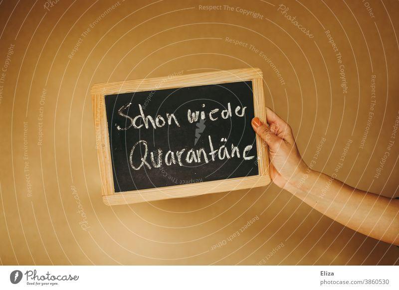 Konzept Quarantäne während der Corona Pandemie. Tafel Schule Schulschließung Kreide Coronavirus Isolation Lockdown Corona positiv positiver Test Coronatest