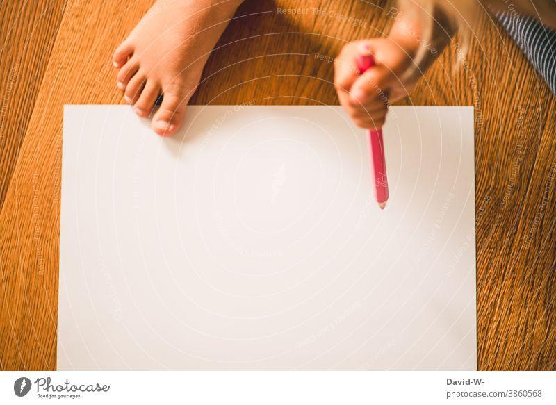 Kind malt mit einem Buntstift auf einem weißen Blatt Papier malen Kreativität Kindheit Kindererziehung Selbstständigkeit Kindergarten Kleinkind Stift Bildung