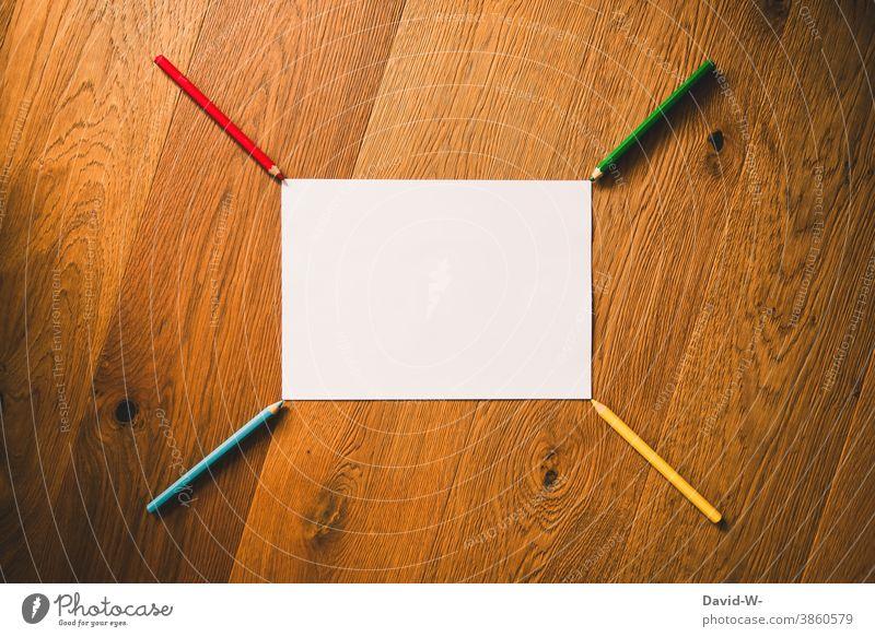 Stifte und ein leeres Blatt Papier ergeben ein Muster Buntstifte Zettel Platzhalter Schule Kunst Kreativität