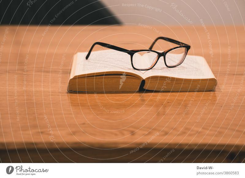 Buch und Brille liegen auf einem Tisch Pause Auszeit lesen lernen Studium Schule ruhe Freizeit & Hobby
