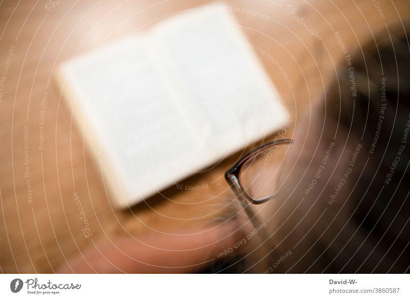 Frau mit Brille liest ein Buch lesen Leserin Tisch Schreibtisch lernen Bildung Wissen Lesestoff Literatur Studium Schule Bibliothek