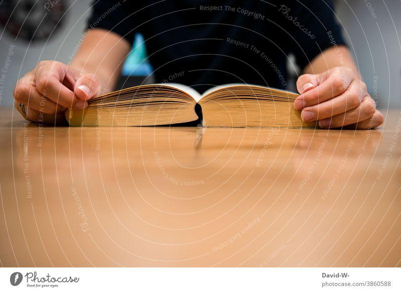 Lesen bildet Buch lesen Frau Tisch anonym Platzhalter Bildung Lesestoff Roman
