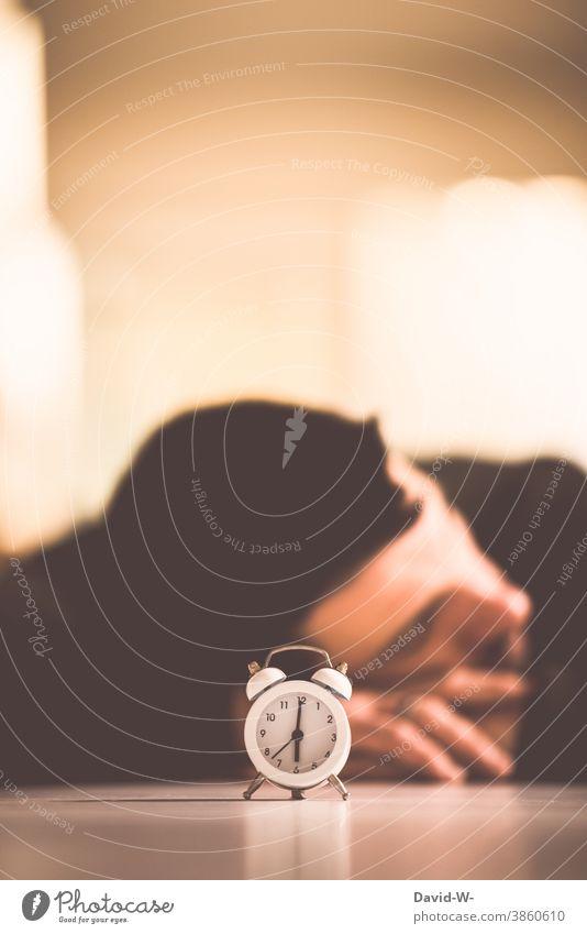 der Wecker ist gestellt Mann schlafen Uhrzeit Zeit Müdigkeit Uhrenzeiger wecken