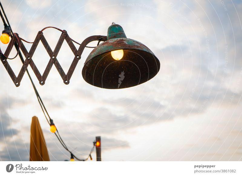 alte Lampe am Strand von Holland Licht Dinge Straßenbeleuchtung Sonnenschirm Glühbirne Lampenlicht Birnen Kunstlicht Farbfoto leuchten Menschenleer