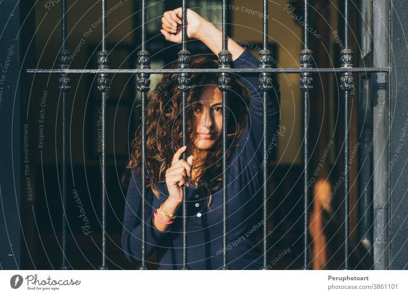 Junges Mädchen hinter Gittern geschlossen, Netzwerk, wie im Gefängnis Gesicht Frau schön Porträt posierend jung Erwachsener Bars Schönheit Kaukasier Behaarung