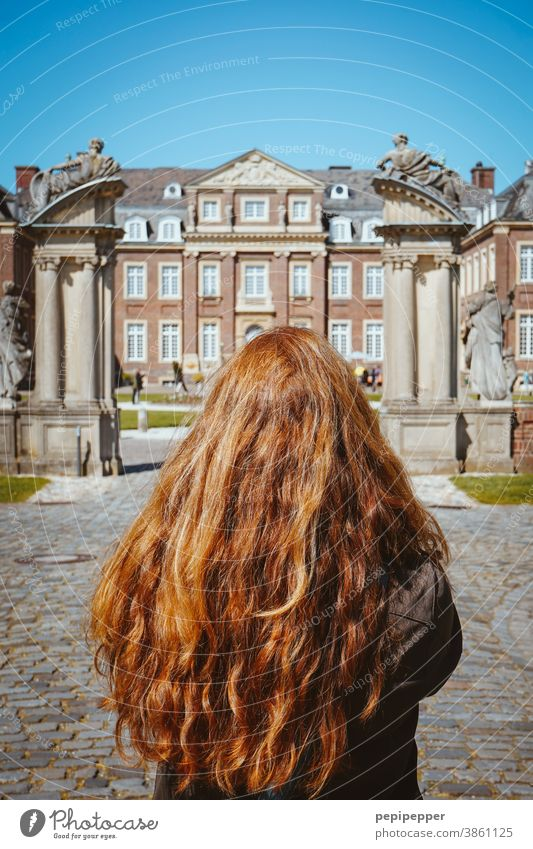 Junge Frau vor einem Schloss rote Haare Haare & Frisuren Mensch Erwachsene schön hübsch Sommer Beautyfotografie lange Haare rothaarig Model Behaarung