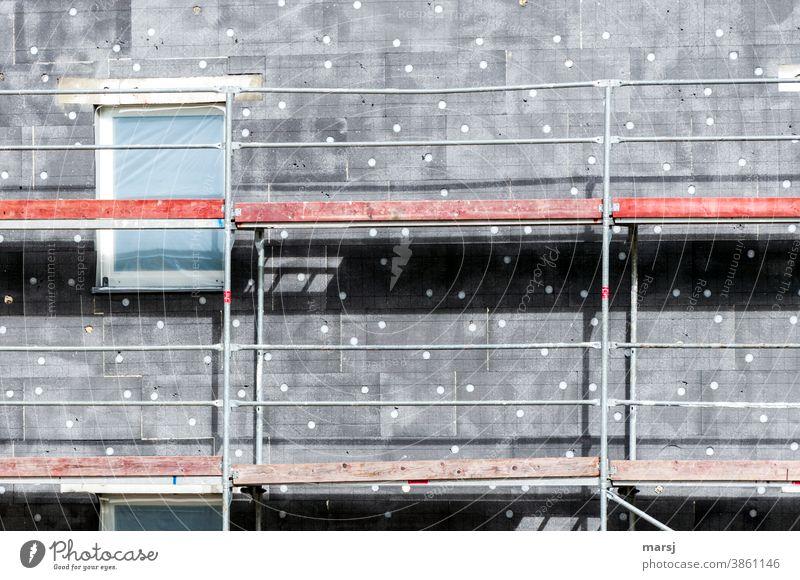 Kunst am Bau   mit Liebe für weiße Punkte auf grauer Wärmedämmung. Baugerüst mit roten Holzelementen Himmel Strukturen & Formen Gebäude Fassade Haus