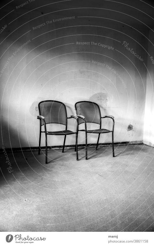 Kunst am Bau | edles Design in schwarz-weiß und ins rechte Licht gerückt Sessel Stühle Sitzgelegenheit zwei Baustelle Möbel leer Einsamkeit ruhig Stille