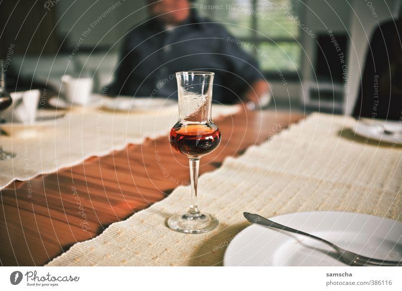 nach dem Essen Getränk trinken Alkohol Spirituosen Geschirr Teller Glas Schnapsglas Grappa Grappaglas Verdauungsystem Mahlzeit satt Tischplatte Tischdekoration