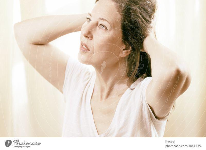 Reife in all ihrer Pracht Porträt schön attraktiv Herrlichkeit Licht brilliant Reife Frau glänzend glühend Menschen romantisch romantische Haltung Hand braun